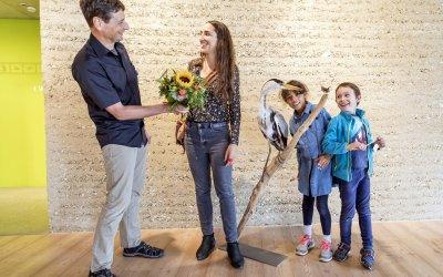 Mirka Grossenbacher, 100�000. Gast im Besuchszentrum der Vogelwarte in Sempach; Bildquelle: Schweizerische Vogelwarte Sempach