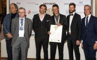 """Verleihung des Nachhaltigkeitspreises des """"European Museum of The Year Award EMYA"""" 2017 an die Vogelwarte: José Gameiro (Vorsitzender EMYA), Christian Marti (Schweizerische Vogelwarte), Philipp Schroth (Steiner Sarnen Schweiz), Felix Tobl; Bildquelle: European Museum Forum"""