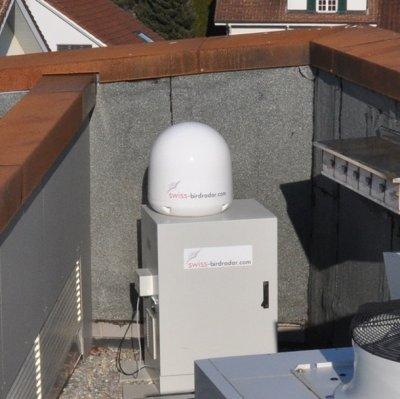 Auf dem Dach des Besuchszentrum der Vogelwarte misst ein Radar ohne Unterbrechung die Vogelaktivität am Sempacher Himmel. ; Bildquelle: Schweizerische Vogelwarte Sempach