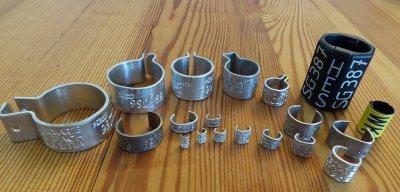 """Für jede Vogelart gibt es einen passenden Ring. Die Ringe sind mit """"Sempach Helvetia"""" beschriftet.; Bildquelle: Schweizerische Vogelwarte"""