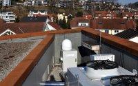 Der Radar befindet sich auf dem Dach des Besuchszentrums und misst permanent die Vogelaktivität im Himmel über Sempach.; Bildquelle: Schweizerische Vogelwarte Sempach