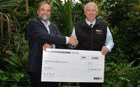 Dr. Alex Rübel überreicht David Sauter, Programmverantwortlicher bei Medair, den Scheck in der Höhe von 25'000 Franken; Bildquelle: Zoo Zürich, Martin Bauert